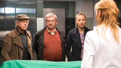 Dr. Rosalind Schmidt (Helene Grass, r.) erklärt Edwin (Tilo Prückner, l.), Günter (Wolfgang Winkler, 2.v.l.) und Vicky Adam (Katja Danowski, 2.v.r.), wie Dr. Körfer ums Leben gekommen ist.