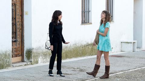 Alejandra (Verónica Sánchez, li.) im Gespräch mit Verónica (Irene Arcos ).