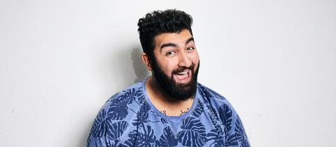 Der afghanisch-hessische Comedian Faisal Kawusi.