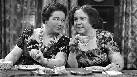 Mutter Hesselbach (Liesel Christ, links) und Schwägerin Luise (Traute Großgarten) haben sich allerhand zu erzählen.Mutter Hesselbach (Liesel Christ, links) und Schwägerin Luise (Traute Großgarten) haben sich allerhand zu erzählen.