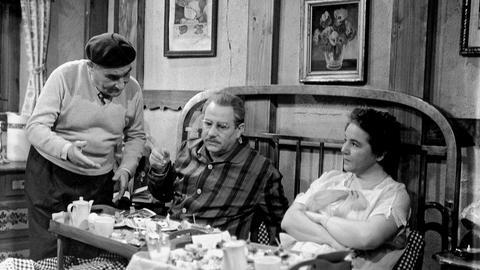 Vater Hesselbach (Wolf Schmidt, Mitte) und Mutter Hesselbach (Liesel Christ) werden im Urlaub vom Wirt (Manfred Schäffer) verwöhnt.