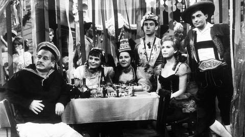 V.l.n.r.: Vater Hesselbach (Wolf Schmidt), Tochter Heidi (Rosemarie Kirstein), Mama Hesselbach (Liesel Christ), Sohn Peter (Dieter Henkel), Schwiegertochter Helga (Helga Neuner) und Schwiegersohn Lindner (Joachim Engel-Denis).