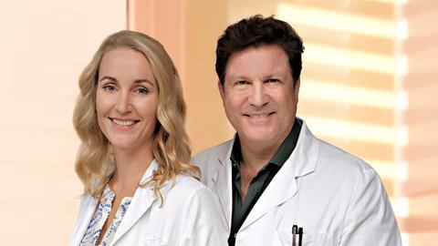 Dr. Christian Kleist (Francis Fulton Smith, r.) und seine Lebensgefährtin Tanja Ewald (Christina Athenstädt, l.).