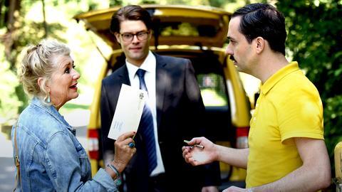 Erben oder nicht? Fanny (Jutta Speidel) ringt bis zur letzten Minute mit sich. Anwalt Tristan Hackenbusch (Johann David Talinski) schaut zu, wie sie den Postboten (Patrick Finger, re.) austrickst, um ihr Schreiben an das Gericht zurück zu bekommen.