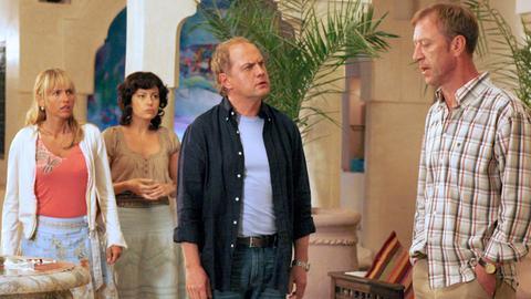 Kurt (Uwe Ochsenknecht, 2.v.re.) erklärt seinem Bruder Ottfried (Oliver Stritzel) und dessen Frau Jutta (Anica Dobra, li.), dass er die Köchin Mona (Carolina Vera) liebt.