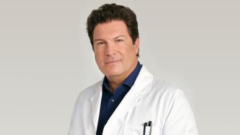 Allgemeinmediziner Dr. Christian Kleist (Francis Fulton-Smith) im Arztkittel.