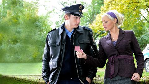 Mit dem Ortspolizisten Nils (Stefan Rupp) ist Miri (Daniela Katzenberger) zur Schule gegangen. Das hat dazu geführt, dass keiner der beiden den anderen ganz ernst nehmen kann. Da kann Miri noch so viele Indizien finden, Nils glaubt weiterhin nicht, dass ein Verbrechen passiert ist.