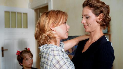 Die obdachlose Flora Krippendorf (Tina Ruland, Mitte) zieht zu ihrer Kollegin Lotte (Carin C. Tietze), der einzigen Freundin, auf die sie sich verlassen kann.