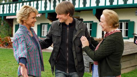 Theres (Enzi Fuchs, re.) und Maren (Uschi Glas) begrüßen deren Sohn Michael (Axel Schreiber).