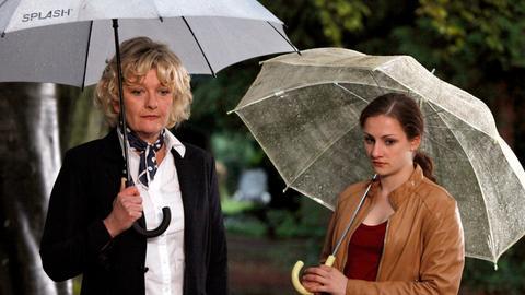 Isabella (Karoline Teska, re.) und Viola (Saskia Vester), die neue Verlobte ihres Vaters, sind nicht gerade die besten Freundinnen.