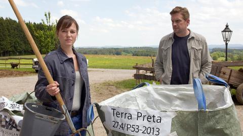 Felix (Sebastian Bezzel) bietet Ellen (Maria Simon) seine Hilfe an.