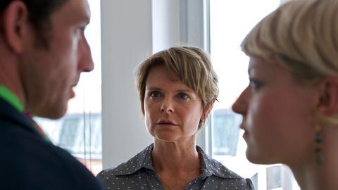 Beate (Julia von Sell, Mitte) kann nicht fassen, dass ihre Tochter Sophie (Lisa Wagner) sich ausgerechnet in Max (André Szymanski) verliebt hat.