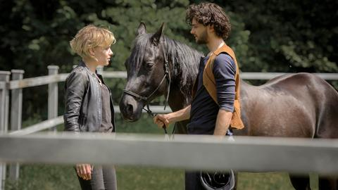 Raphael (Aaron Karl) bringt Alexandra (Julia Richter) das Reiten mit Dezember bei.