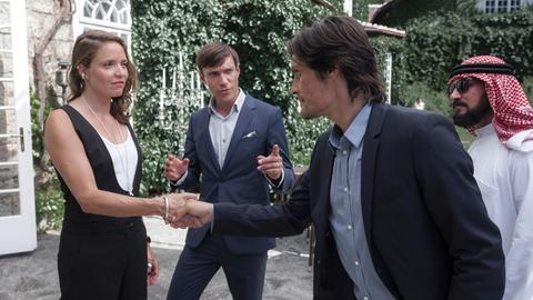Laszlo Turin (Stipe Erzeg) ist überrascht als Max (Christoph Luser) seine Schwester Silvia (Patricia Aulitzky) vorstellt.