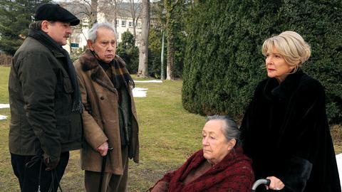 Im Seniorenheim kümmert sich Agnes Wieland (Christiane Hörbiger) um ihre Mutter Rosa Fischmeister (Maria Urban, 2.v. rechts), während Kurt Wagner (Erwin Steinhauer) seinen Vater Viktor Wagner (Otto Tausig, 2.v. links) versorgt.