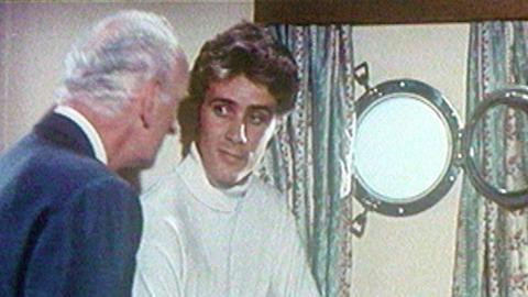 Besorgt macht Frankie (Stewart May) seinen Chef der Schmugglerbande (John Karlsen) auf ein sich näherndes Polizeiboot aufmerksam.
