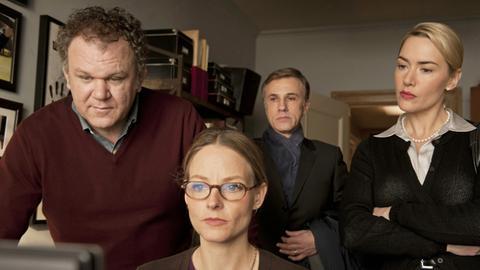 Michael Longstreet (John C. Reilly, li.), seine Frau Penelope (Jodie Foster, 2. v. li.), Alan Cowan (Christoph Waltz) und Gattin Nancy (Kate Winslet) machen den Faktencheck.
