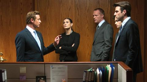 Jared Cohen (Simon Baker), Sarah Robertson (Demi Moore), Will Emerson (Paul Bettany, 3. v. li.), Seth Bregman (Penn Badgley, 2. v. re.) und Peter Sullivan (Zachary Quinto, re.) besprechen die Lage.