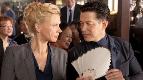 Der Kunstkenner Edward Lim (Russell Wong) macht Victoria (Veronica Ferres) ein wertvolles Geschenk.