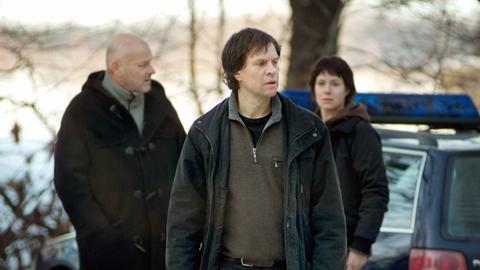 Münster (Thomas Hanzon) hat seine Kollegin Moreno (Eva Rexed) seinen Vorgesetzten Rooth (Thomas Oredsson) zu einem niedergebrannten Haus gerufen, weil er glaubt, dass hier Spuren eines Verbrechens zu finden sind.