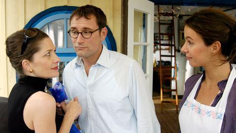 """Hans-Werners (Heikko Deutschmann) Schwägerin Claudia Weigoldt (Iris Böhm) reagiert überaus skeptisch auf sein neues """"Kindermädchen"""" Isabell (Julia Koschitz)."""