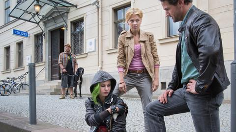 Lukas Hundt (Oliver Franck, r.) und Kristina Katzer (Isabell Gerschke, M.) knöpfen sich Lila (Lilian Engelhardt, l.) vor.