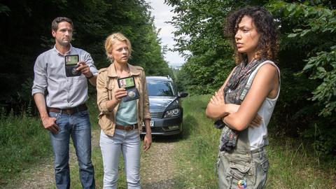 Lukas Hundt (Oliver Franck, l.) und Kristina Katzer (Isabell Gerschke, M.) finden Ilka Koss (Haley Louise Jones, r.) im Wald.