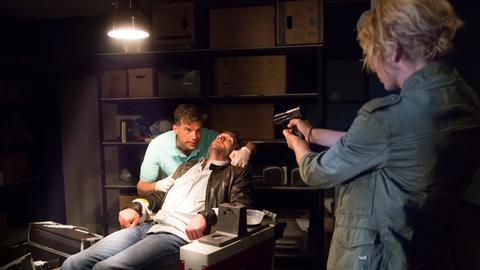 Showdown: Kann Kristina Katzer (Isabell Gerschke, r.) ihren Kollegen Lukas Hundt (Oliver Franck, M.) aus der Gewalt von Dr. Achim Lehmann (Johannes Brandrup, l.) befreien?