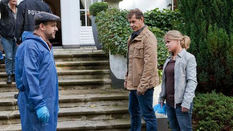 Dr. Strahl (Christoph Tomanek, l.), Finn Kiesewetter (Sven Martinek, M.) und Sandra Schwartenbeck (Marie-Luise Schramm, r.) am Tatort.