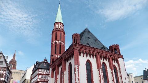 Blick auf die Nikolaikirche auf dem Frankfurter Römerberg.