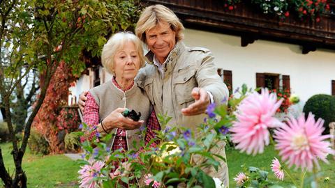 Hansi Riedlinger (Hansi Hinterseer) ist froh, seine Mutter Marianne (Bibiana Zeller) wieder zu sehen.