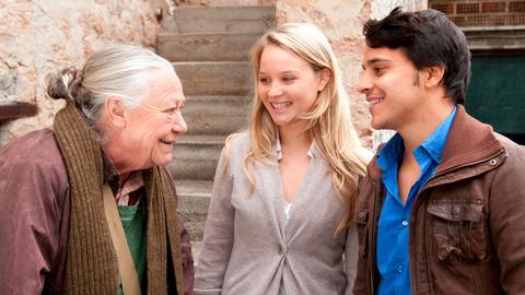 Fanny (Sonja Gerhardt) und Luca (Kostja Ullmann) wollen sich bei Lucas Großmutter La Nonna Pinnella (Barbara Morawiecz, links) heiraten, die als Bürgermeisterin Trauungen vollziehen darf.