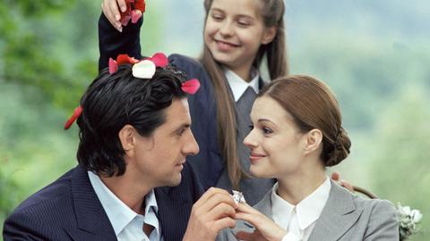 Niklas (Gregor Törzs) steckt seiner Freundin Nina (Suzan Anbeh) Plastikschmuck an den Finger, den die kleine Nichte India (Sahra Thonig, oben) für einen Verlobungsring hält und bereits die Hochzeitsglocken läuten hört.
