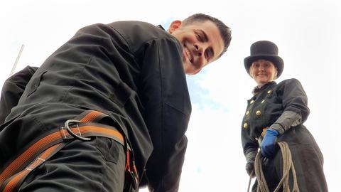 Schornsteinfegerin Jenny Keil mit Moderator Andreas Gehrke auf einem Dach.