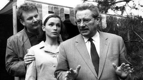 In der Gemeinde Steintal soll angeblich eine raffinierte Spionin tätig sein, Stadtrat Hesselbach (Wolf Schmidt, rechts) muss der Geschichte nachgehen. Zwei Verdächtige, die hübsche Juliane (Marianne Borck) und den Herrn Stroitz (Rudolf Krieg) scheint er schon gefunden zu haben.