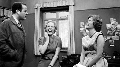 Noch sind Fräulein Sauerberg (Ursula Köllner, Mitte) und Helga (Helga Neuner) bester Laune. Willi Hesselbach (Joost Siedhoff) scheint ihre gute Stimmung nicht ganz zu teilen.