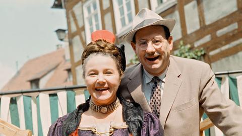 Hochstimmung in Steintal beim ersten internationalen Folklore-Festival. Auch Herr und Frau Hesselbach (Wolf Schmidt und Liesl Christ) sind natürlich mit dabei.