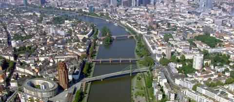 Brücken über den Main in Frankfurt; im Vordergrund der Holbeinsteg und die Untermainbrücke.