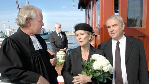 Hedi Ohlsen (Christiane Hörbiger) hat mit Pastor Kristensen (Michael König, li.) eine Seebestattung für Johannes' (Walter Kreye) Mutter organisiert.