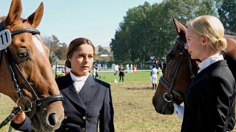 Andrea Bruckheim (Christina Plate, li.) begegnet ihrer großen Konkurrentin Isabelle von Elberfeldt (Feo Aladag).
