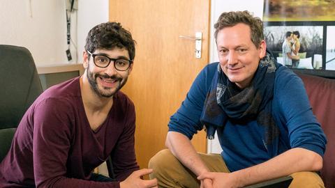 Eckart von Hirschhausen (r) trifft Bijan Kaffenberger. Er ist 27 Jahre alt und leidet seit seiner Kindheit an Tourette.