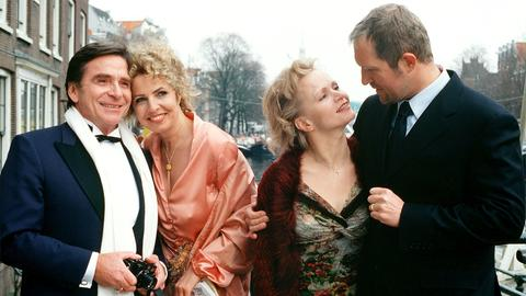 Seit 14 Jahren feiern Lukas (Harald Krassnitzer, re.) und Susanne (Renee Soutendijk, 2. v. re.) ihren Hochzeitstag gemeinsam mit Johnna (Michaela May, 2. v. li.) und Markus (Elmar Wepper).