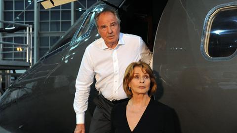 Bernhard (Friedrich von Thun) und seine Ex-Frau Claire (Senta Berger) beobachten ihre umtriebige Tochter vor eienm Flugzeug.