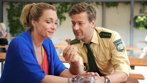 Hannah (Aglaia Szyszkowitz) und Barney (Marcus Mittermeier) haben schon den Schlüssel zu ihrer gemeinsamen Wohnung.