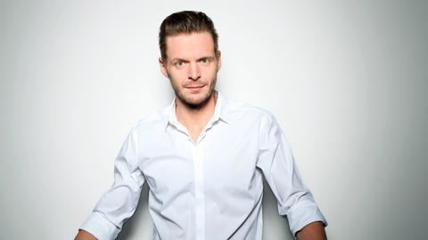 Der Kabarettist Florian Schroeder präsentiert die hr1-Satire Lounge.
