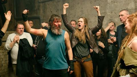 Er kann es noch: Tore (Stig Henrik Hoff, Mitte) siegt im Zweikampf! Alfhildr (Krista Kosonen, Mitte) feiert ihren einstigen Kriegsherren.