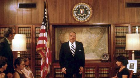 Der selbstverliebte FBI-Chef J. Edgar Hoover (Broderick Crawford) erklärt seinen Leuten, mit welchen Methoden er das Verbrechen in Amerika zu bekämpfen gedenkt.