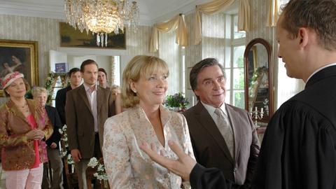 Nach der Hochzeit ist vor der Hochzeit: Werner (Elmar Wepper, 2.v.re.) und seine Frau Henriette (Gila von Weitershausen, 3.v.re.) treten zur Versöhnung ein zweites Mal vor den Traualtar.