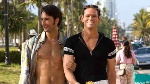 Nach seinem Coming-out entdeckt der Ex-Polizist Steven Russell (Jim Carrey, rechts) die Leichtigkeit des Seins an der Seite seines Freundes Jimmy (Rodrigo Santoro).