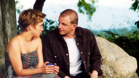"""Erik (Markus Knüfken) will seiner Freundin Sofie (Muriel Baumeister, re.) gerade einen Heiratsantrag machen, als die """"gute"""" Bekannte Melissa (Franziska Schlattner) nebenbei erwähnt, wie nett der Abend mit Erik war."""